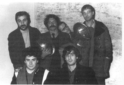 La redazione di Frigidaire al completo, febbraio 1982. Da sinistra in alto: Tanino Liberatore, Vincenzo Sparagna, Filippo Scozzari e Massimo Mattioli; in basso: Stefano Tamburini e Andrea Pazienza (fonte: Wikipedia)